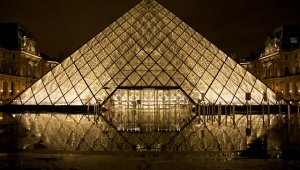 Piramida ispred Luvra (Pariz)