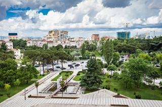 Tirana - kaldrma i blistavi neboderi